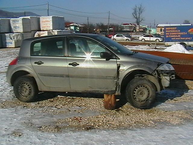 Renault Megane avariat 2005 Benzina Hatchback - 01 Februarie 2011 - Poza 2